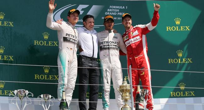 Lewis Hamilton evinde galip