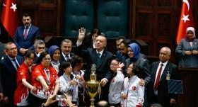 Down sendromlu çocuklardan Erdoğan'a kupa