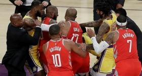Lakers-Rockets maçında kavga çıktı!