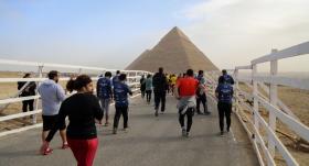 Mısır piramitleri etrafında halk koşusu