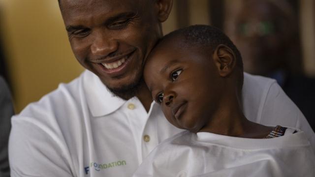 Eto'o'dan mülteci kampına ziyaret