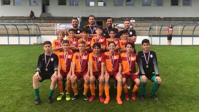 Galatasaraylı miniklerden Fenerbahçe'ye destek