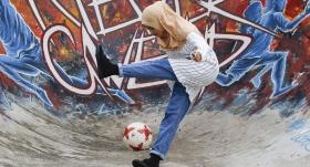 Kadın futbolcu dikkatleri üzerine çekti