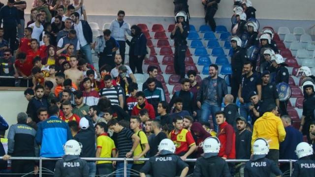 İzmir derbisine istenmeyen olaylar damga vurdu
