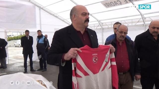 Milli takım eşofmanını depremzedelere bağışladı
