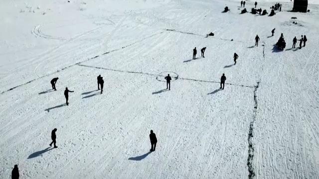 Buz tutan gölün üzerinde futbol oynadılar