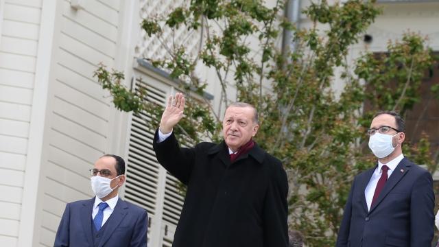 Cumhurbaşkanı Erdoğan Boğaz'dan geçen tekneleri selamladı