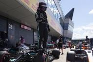 Hamilton patlak lastikle kazandı