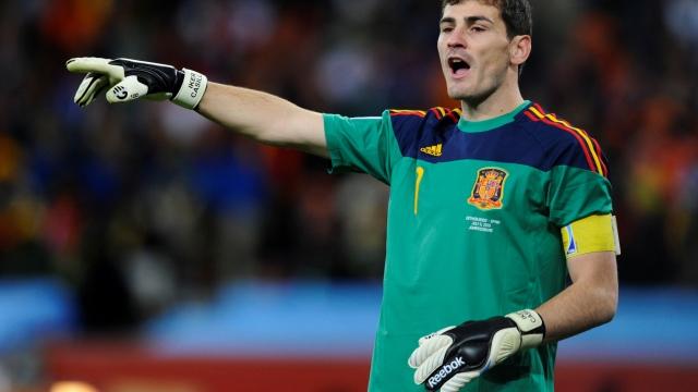 Casillas eldivenleri çıkarttı...