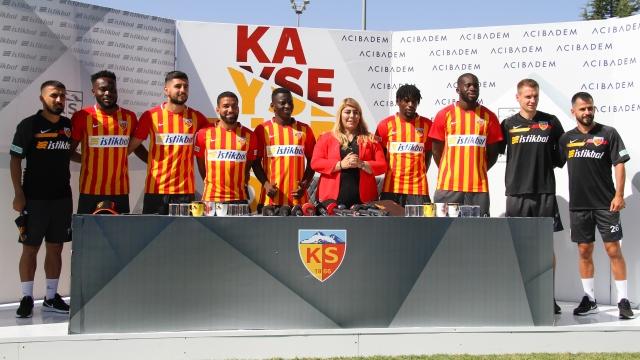 H.K Kayserispor transferlerini düzenlediği imza töreni ile tanıttı
