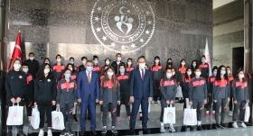 Bakan Kasapoğlu, Yüksekova Belediyespor Kadın Futbol Takımı'nı kabul etti