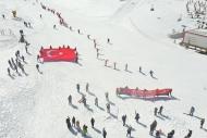 Yıldız Dağı'nda kayakçılardan bayraklı iniş gösterisi Haberinin Görseli