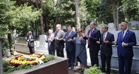 Burak Elmas, Ali Sami Yen ve Metin Oktay'ın mezarına gitti