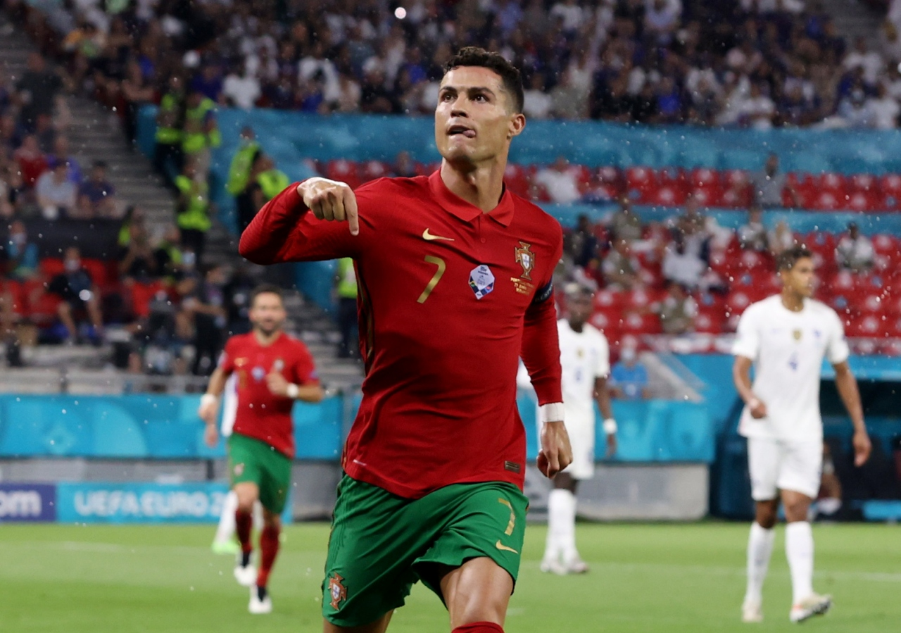 En çok gol atan futbolcu | Cristiano Ronaldo -> 5